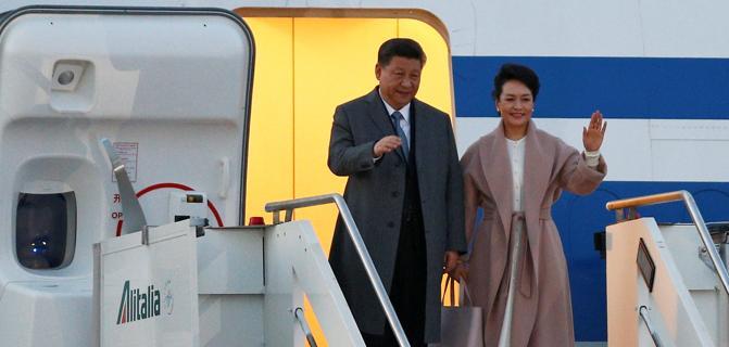 Xi Jinping arriva in Italia e scende dall'aereo insieme alla first lady. Mattarella a Xi Jinping: rafforziamo la cooperazione.